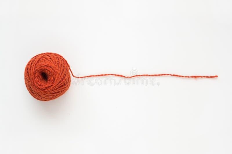 Boule orange de fil de laine d'isolement sur le fond blanc photographie stock
