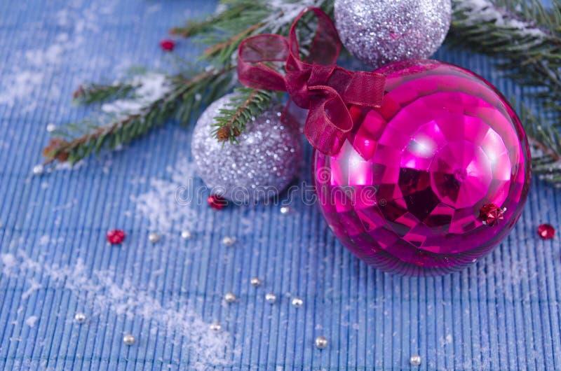 Boule rose de Christmass d'ornement avec un arbre de sapin images libres de droits