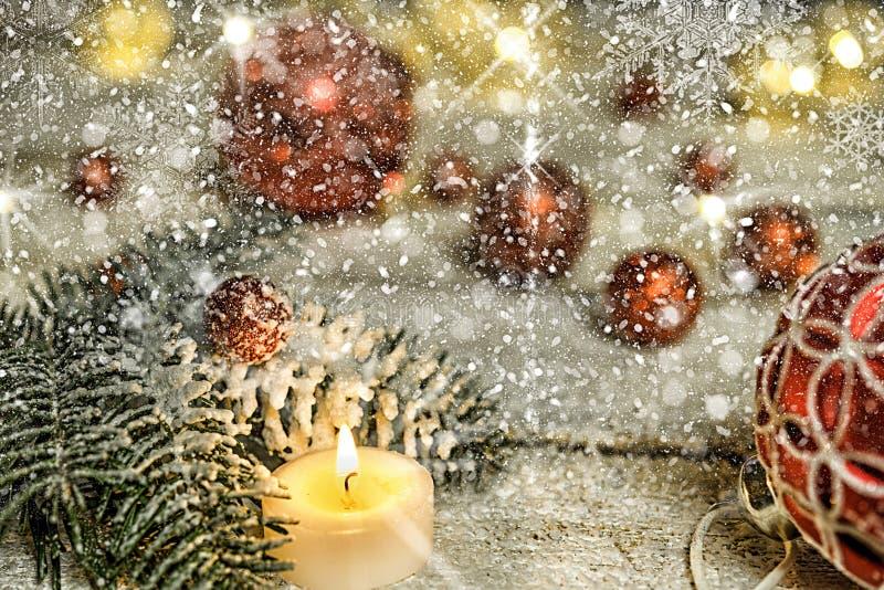 Boule rouge d'arbre de Noël avec la bougie photo libre de droits