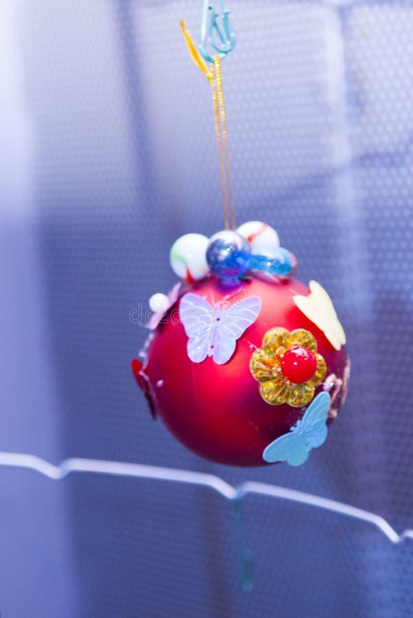 Boule rouge de Noël au festival fait main à Moscou, Russie image libre de droits