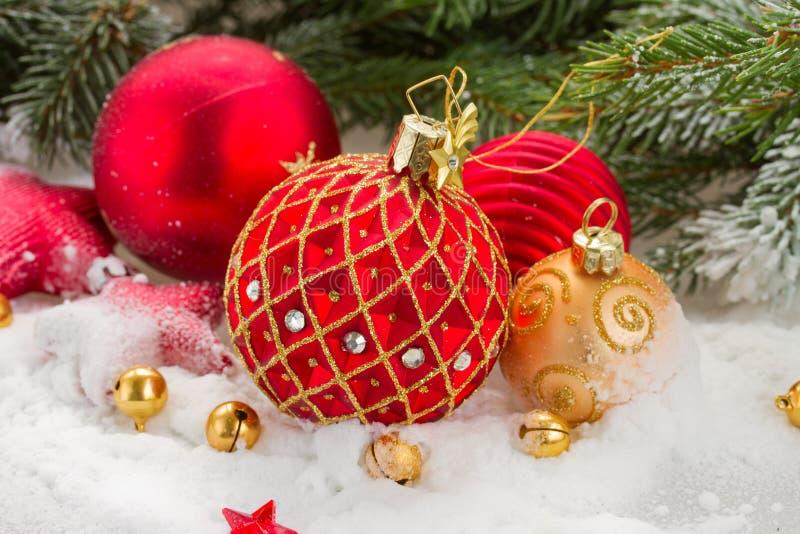 Boule rouge de Noël dans la neige photographie stock libre de droits