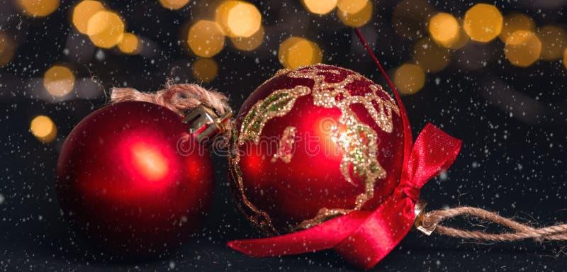 Boule rouge de Noël sur le fond abstrait clair cardez la salutation de Noël Effets de neige Orientation molle images libres de droits