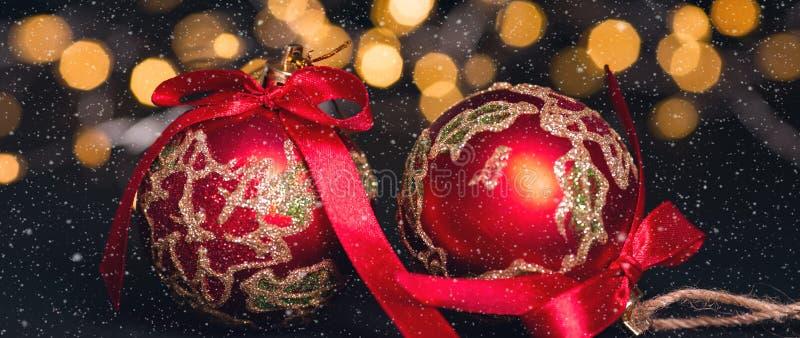 Boule rouge de Noël sur le fond abstrait clair cardez la salutation de Noël Effets de neige Orientation molle image stock