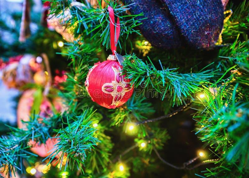 Boule sur le sapin de Noël décoré dans le vieux Riga, Lettonie. Le sapin est décoré de symboles et d'accessoires festifs image stock