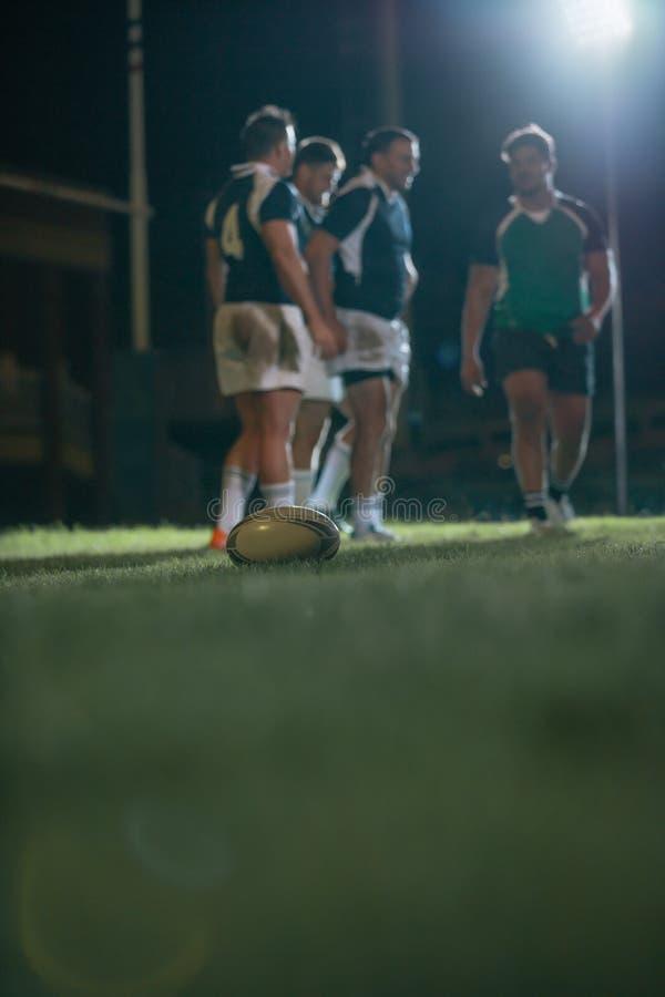 Boule sur la terre pendant le match de rugby image libre de droits