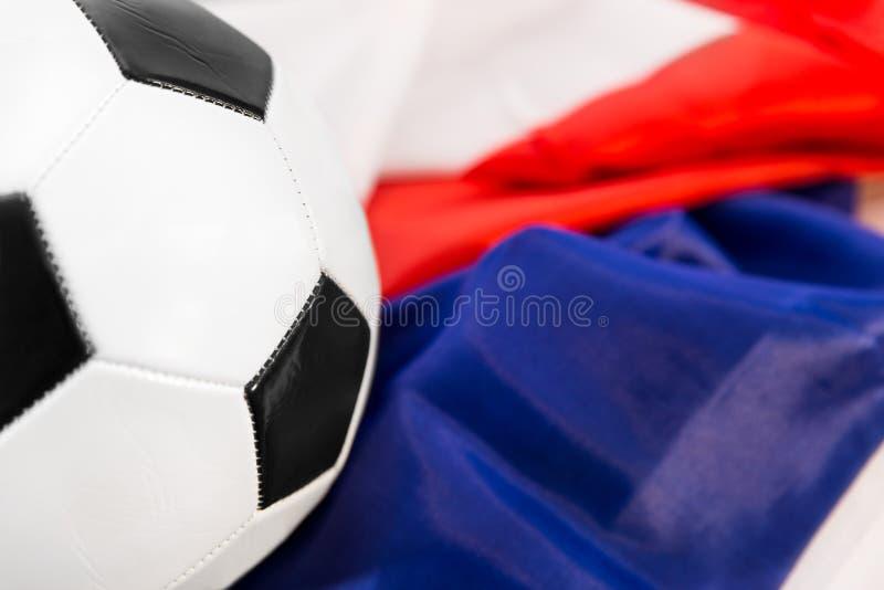 Boule sur un drapeau français images stock