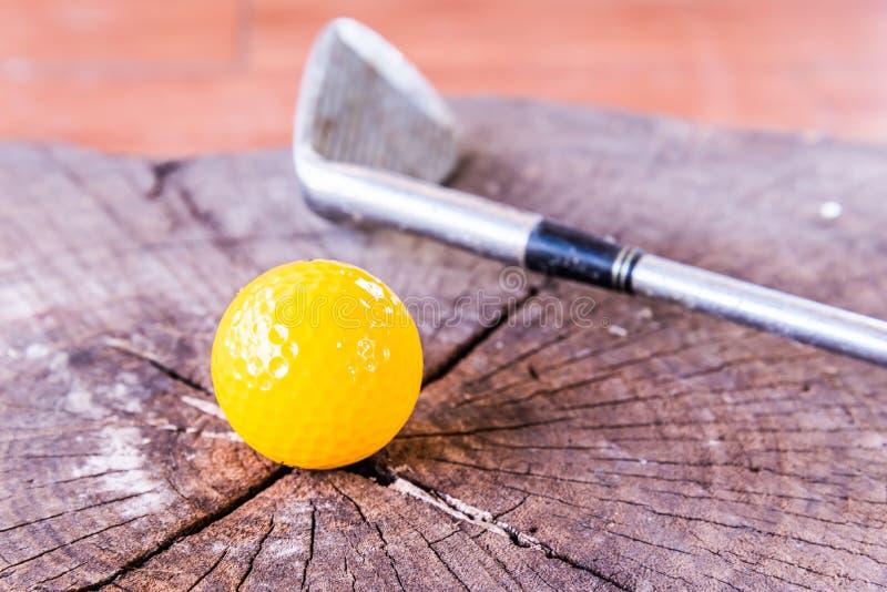 Boule toujours de golf miniature jaune de la vie sur le fond blanc photos libres de droits
