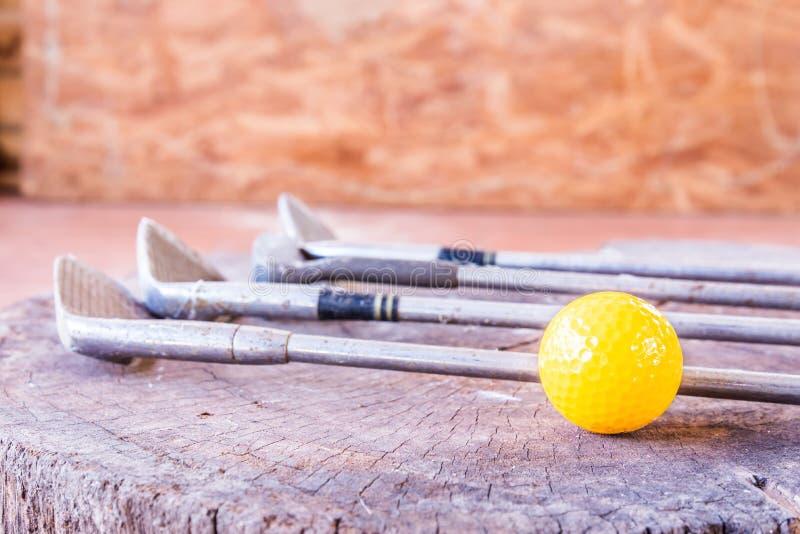 Boule toujours de golf miniature jaune de la vie sur le fond blanc images libres de droits