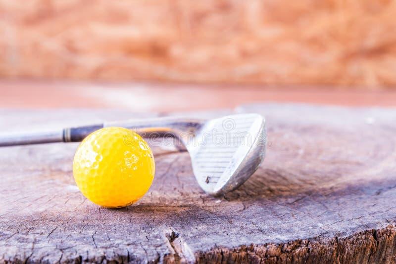 Boule toujours de golf miniature jaune de la vie sur le fond en bois images stock