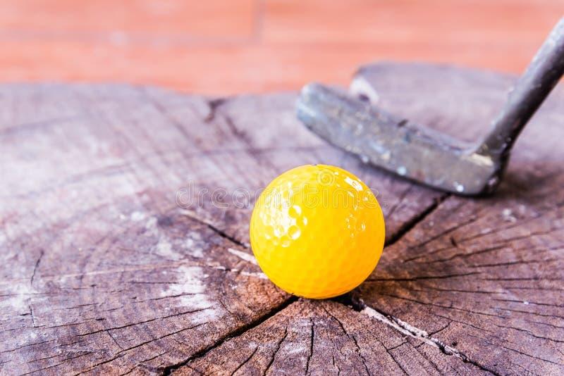 Boule toujours de golf miniature jaune de la vie sur le fond en bois image libre de droits