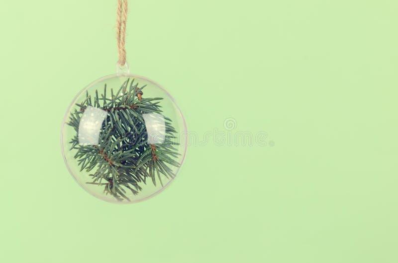 Boule transparente de Noël avec un sapin bleu à l'intérieur image libre de droits