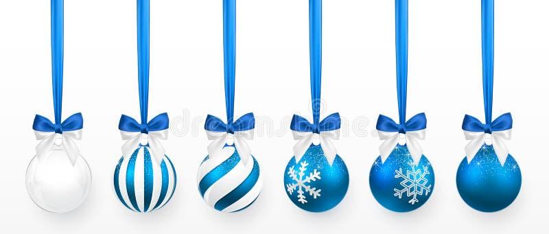 Boule transparente et bleue de Noël avec l'effet de neige et ensemble bleu d'arc Boule en verre de Noël sur le fond blanc Décorat illustration stock
