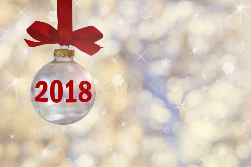 Boule vide transparente de Noël La babiole de Noël, accroche sur un ruban rouge sur le fond des lumières argentées defocused image libre de droits