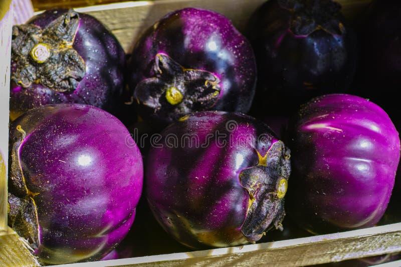 Boule violette d'aubergine, légumes sains frais image stock