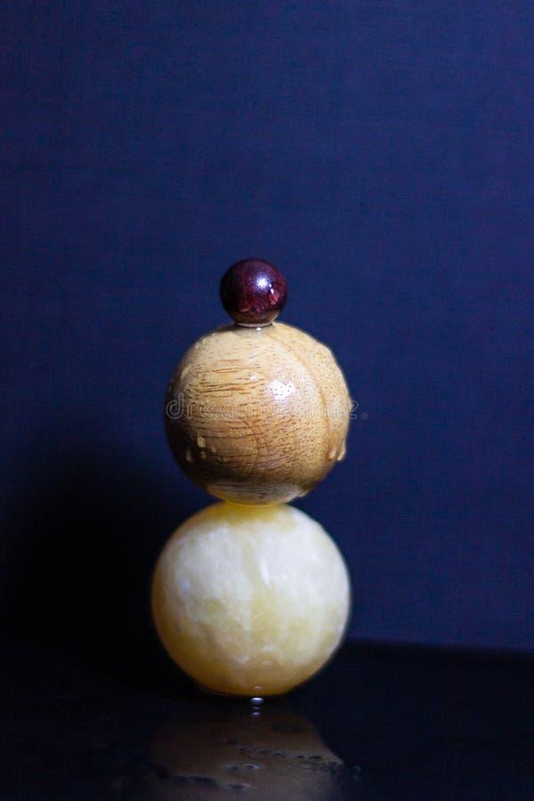 Boules équilibrées sur l'eau photos libres de droits