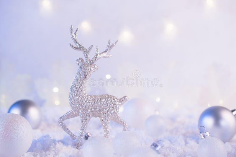 Boules argentées de cerfs communs et de Noël de décoration de Noël sur un fond rose d'hiver Humeur de vacances de Noël Conte de f images stock