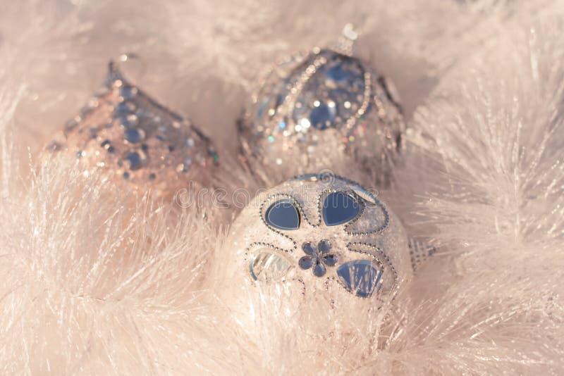 Boules blanches et argentées de Noël sur le fond brillant image stock