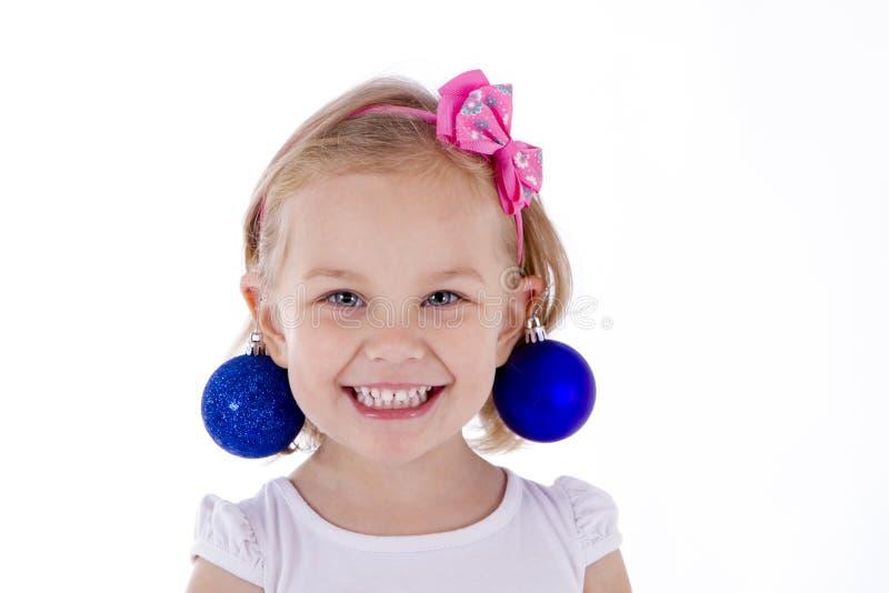 Boules bleues de Noël d'enfant en bas âge de portrait blond de fille comme boucles d'oreille image libre de droits