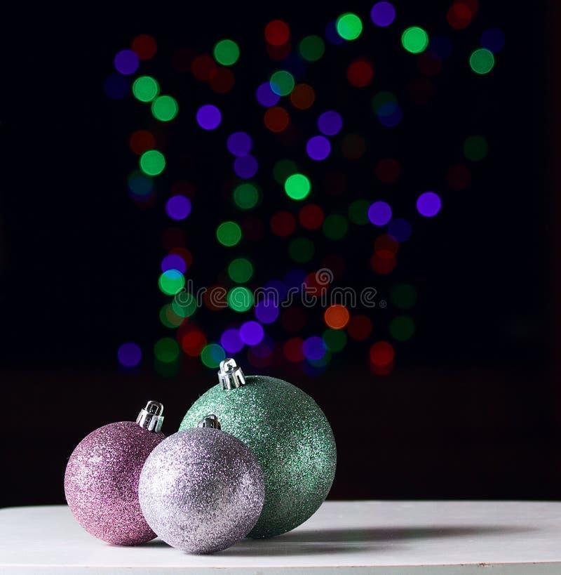 Boules brillantes de Noël sur le fond noir avec le boke coloré photo libre de droits
