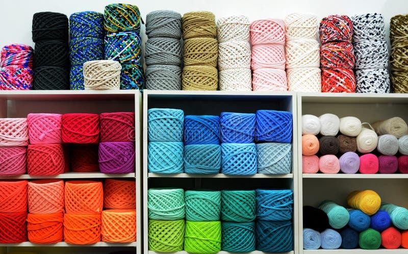Boules colorées de laine sur des étagères Variété de fils à tricoter Différentes boules de fil dans des couleurs multiples photographie stock