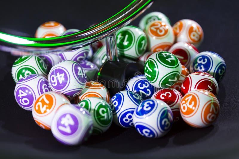 Boules colorées de loterie dans une machine photographie stock