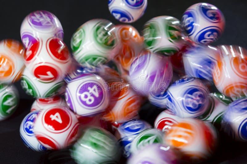 Boules colorées de loterie dans une sphère photos libres de droits