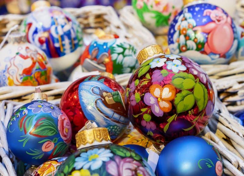Boules colorées de Noël avec de divers modèles décoratifs photographie stock