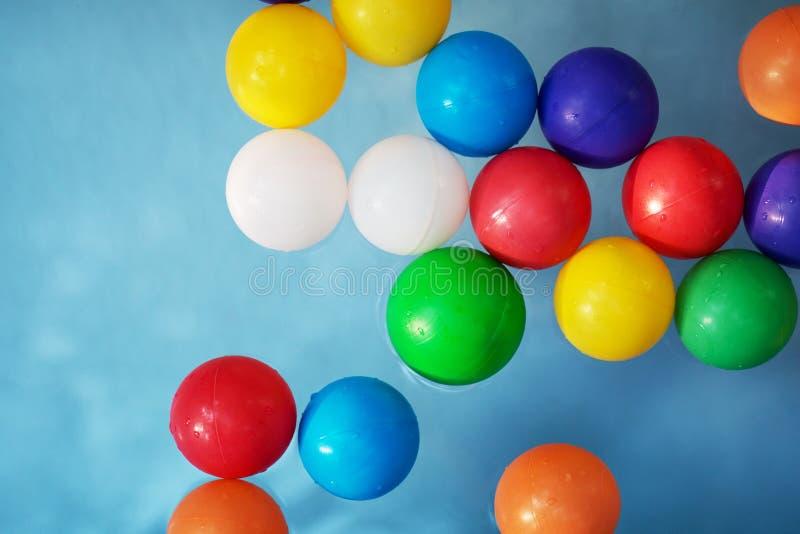 Boules colorées en plastique dans la piscine des enfants photographie stock libre de droits