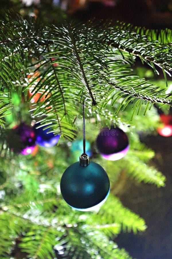 Boules colorées multi de Noël sur Noël lumineux lumineux image libre de droits