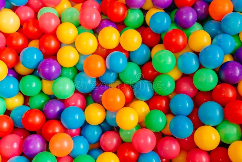 Boules colorées pour que les enfants jouent photos stock