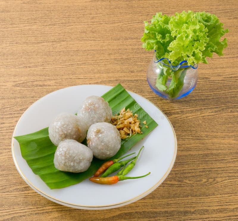 Boules cuites à la vapeur thaïlandaises de tapioca servies avec des feuilles de laitue photographie stock