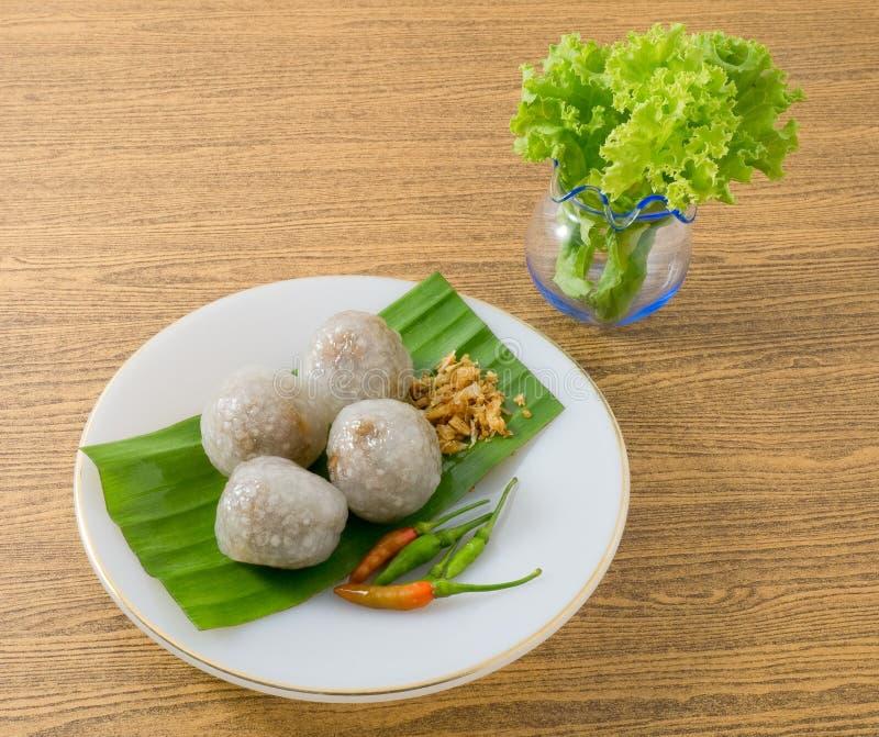 Boules cuites à la vapeur thaïlandaises de tapioca servies avec des feuilles de laitue images libres de droits