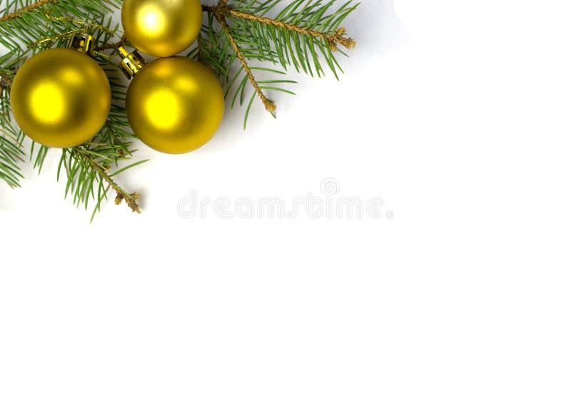 Boules décoratives d'or sur la branche d'arbre de Noël image libre de droits