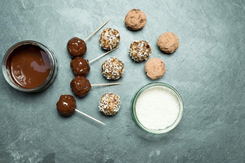 Boules d'énergie, chocolat fondu, et noix de coco images stock