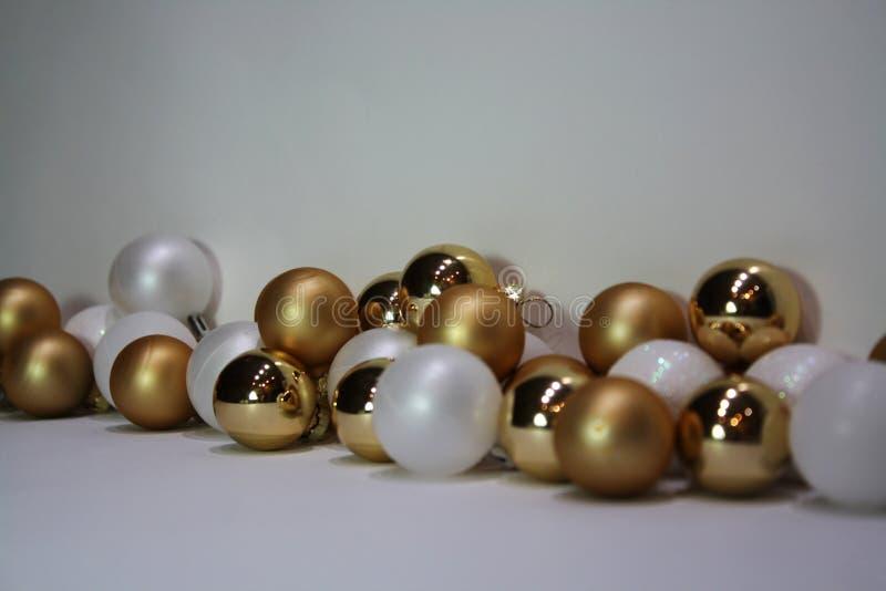 Boules d'arbre d'or et de Noël blanc photo stock
