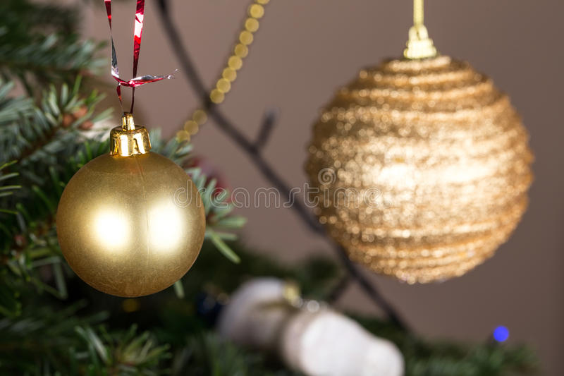 Boules d'or de Noël sur le pin photographie stock libre de droits