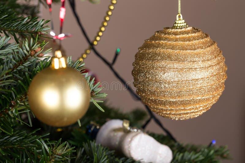 Boules d'or de Noël sur le pin photo stock