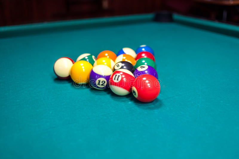Boules de billard sur la table de billard photographie stock libre de droits