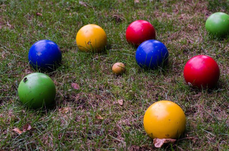 Boules de Bocce colorées sur l'herbe photographie stock libre de droits
