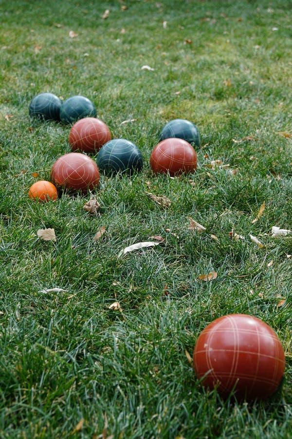 Boules de Bocce sur l'herbe verte images libres de droits