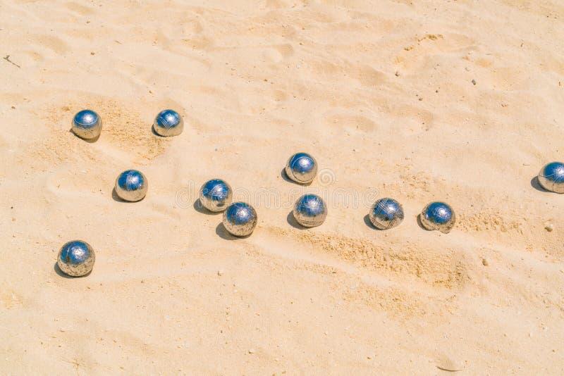 Boules de Bocce sur la plage sablonneuse blanche images stock