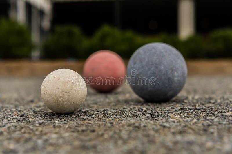Boules de Bocce sur le blanc de gravier au foyer photo libre de droits