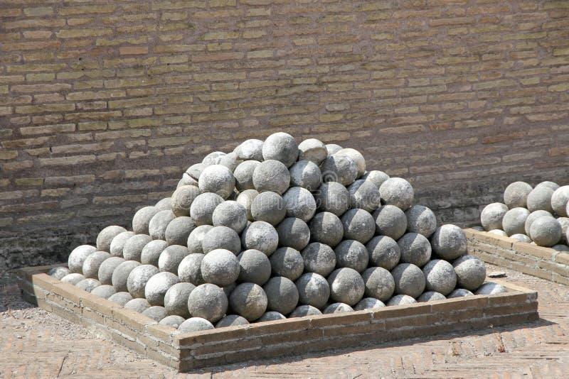 Boules de canon de marbre à Castel Sant ' Angelo à Rome photographie stock