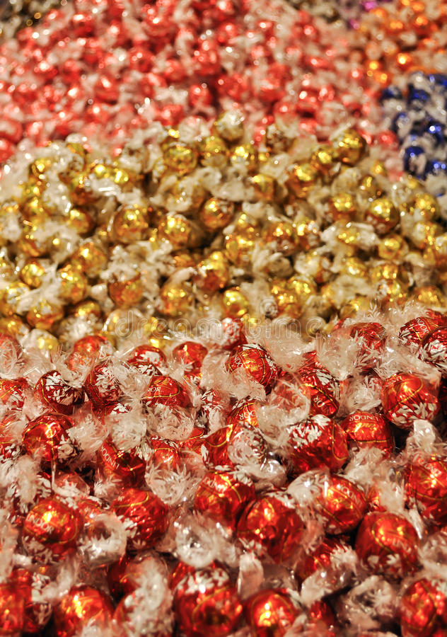 Boules de chocolat de Lindt en journal coloré de cellophane photo stock