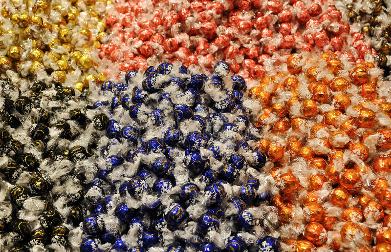 Boules de chocolat de Lindt en journal coloré de cellophane photos stock