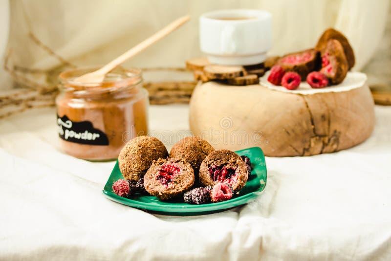 Boules de chocolat sucr? dans le seau pour les truffes saines naturelles d?licieuses de Rawfoodist avec la poudre de cacao Concep images stock