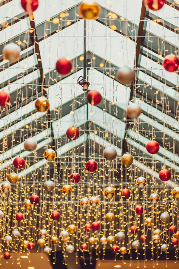 Boules de Chrismas au bokeh de lumière de nuit de ville de cru et à l'arrière-plan brouillé de lumière de Noël le jour de chrisma images libres de droits