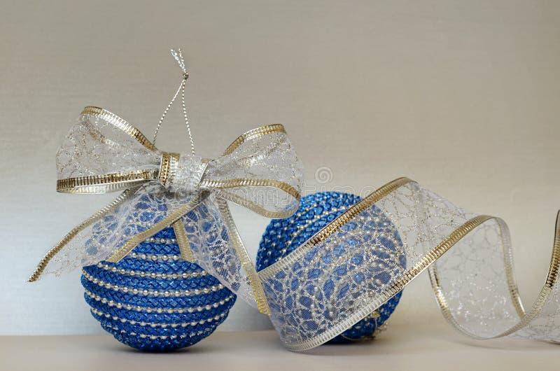 Boules de christmass et ruban bleus de scintillement image stock