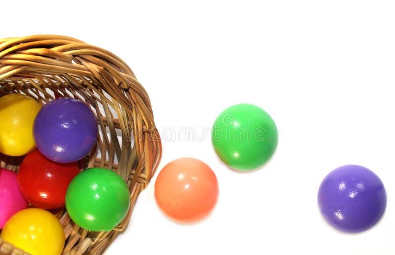 Boules de couleur dans un panier photos stock