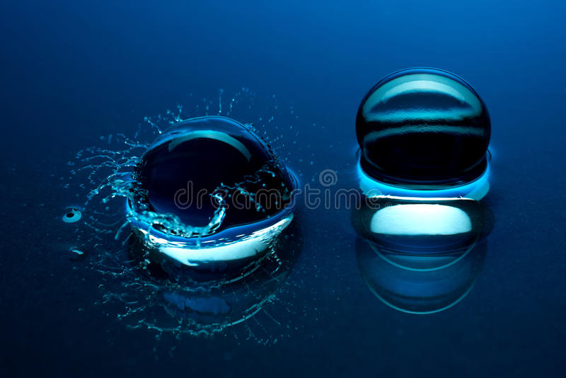 Boules de cristal bleues - éclaboussure dans l'eau photographie stock libre de droits
